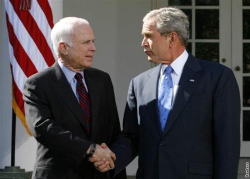 John McCain a George W. Bush